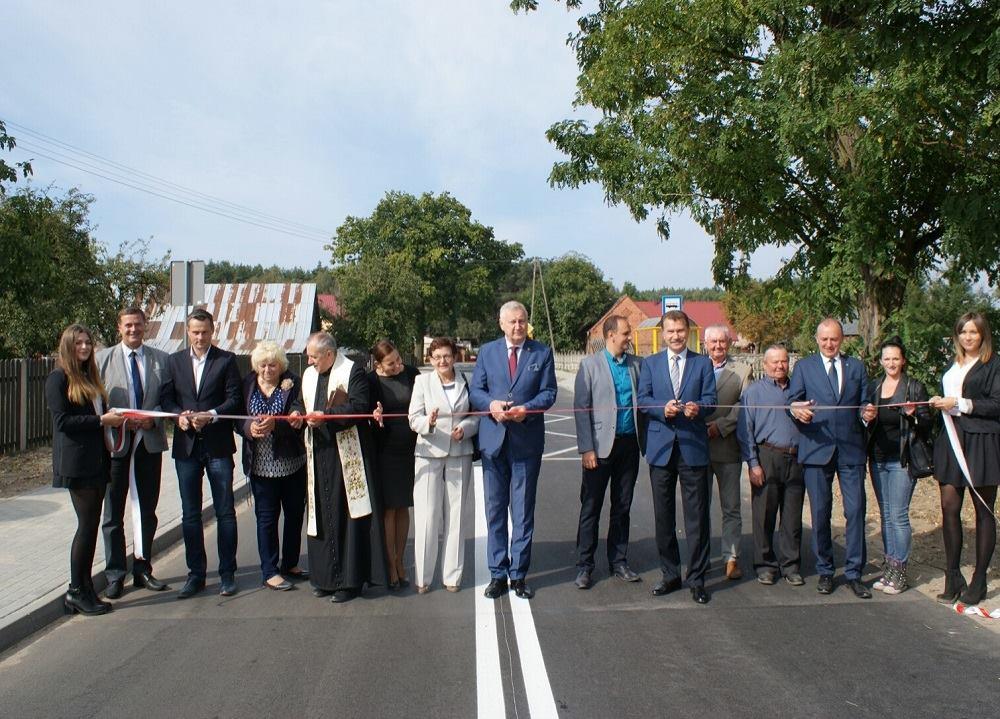 Ilustracja do informacji: Mieszkańcy zadowoleni z drogowej inwestycji