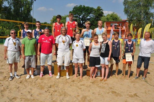 Ilustracja do informacji: Medale młodych zbąszyńskich siatkarzy plażowych